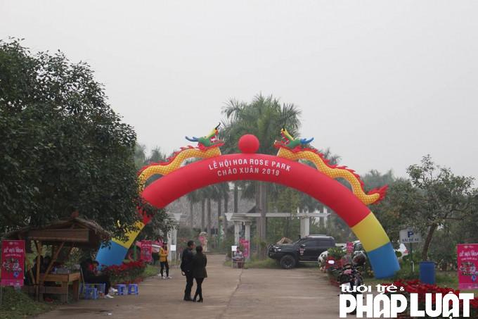 Từ cổng chào đi vào công viên Rosa Park.