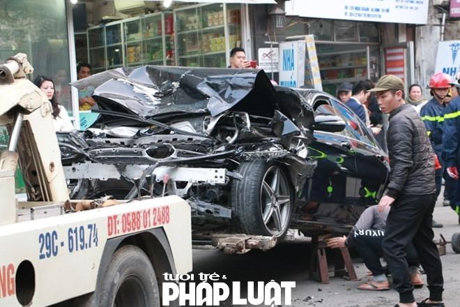 Phần đầu chiếc xe Mercedes C300 đi ngược chiều bị phá hủy hoàn toàn sau khi bị
