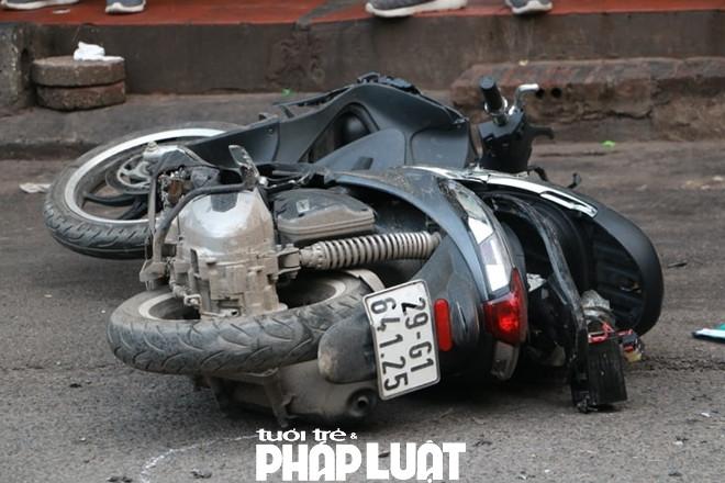 Chiếc xe điên phá hủy ít nhất 2 xe máy đang lưu thông trên đoạn đường này. (Ảnh CAND)