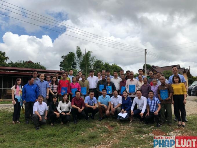 Đoàn công tác của tuổi trẻ Thủ đô tặng quà các gia đình khó khăn tại Lào