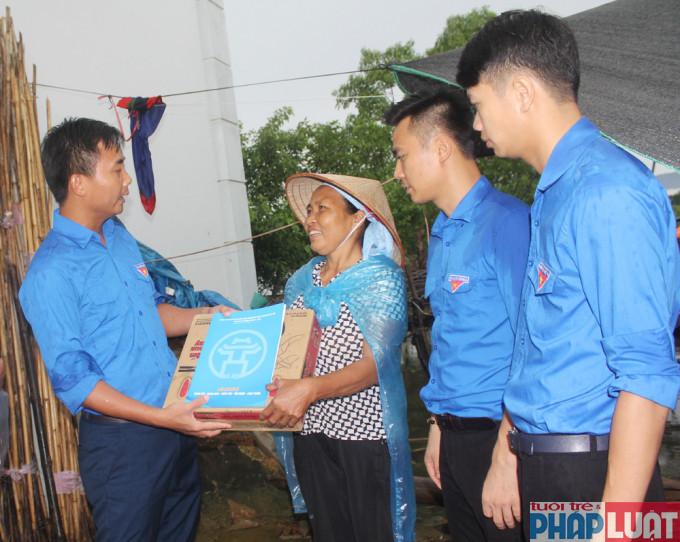 Phó Bí thư Thành đoàn Hà Nội Nguyễn Đức Tiến tặng quà người dân chịu ảnh hưởng nặng nề do mưa lũ huyện Chương Mỹ (Hà Nội)