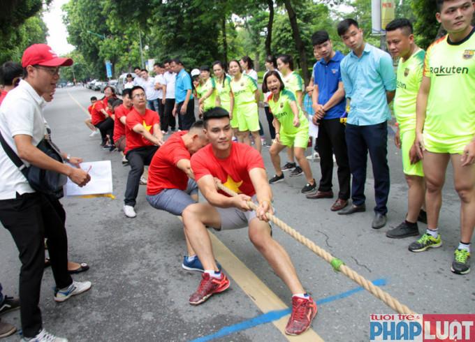 Các vận động viên thi kéo co tại Hội khỏe thanh niên Thủ đô 2018