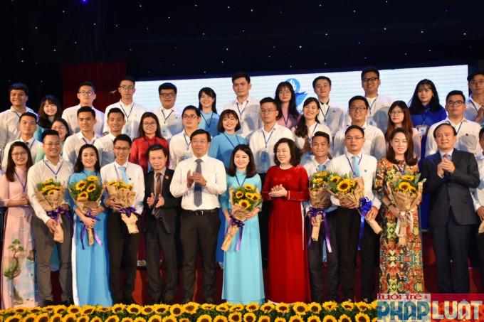 Các đại biểu chúc mừng BCH Hội Sinh viên TP Hà Nội nhiệm kỳ 2018 – 2013