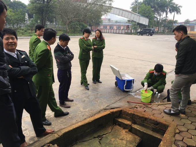 Cán bộ Cục Cảnh sát phòng chống tội phạm về môi trường lấy mẫu xả thải