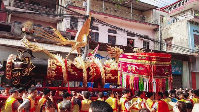 Như thường lệ, sáng mùng 4 Tết, lễ hội rước pháo Đồng Kỵ (Bắc Ninh) đã được diễn ra với sự tham dự của hàng nghìn người.