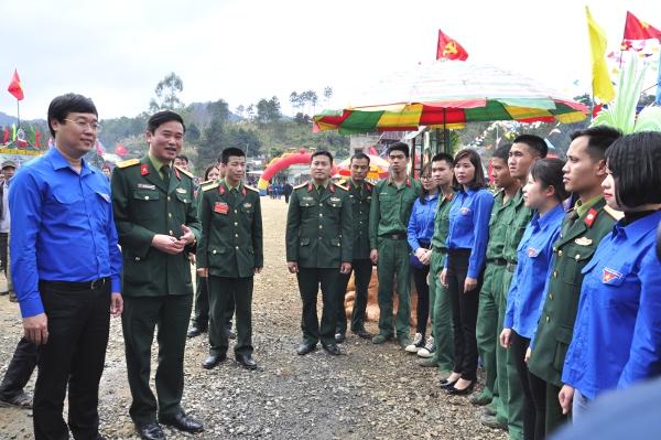 Ủy viên dự khuyết Trung ương Đảng, Bí thư thứ nhất Trung ương Đoàn, Chủ tịch Trung ương Hội Liên hiệp Thanh niên Việt Nam Lê Quốc Phong thăm, trò chuyện với đoàn viên thanh niên tham dự hội trại