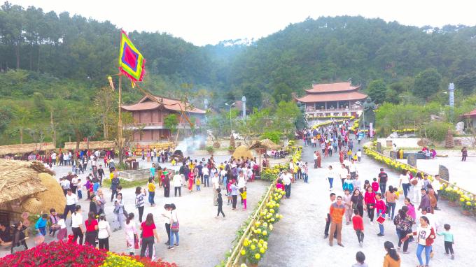 Hàng nghìn du khách từ khắp nơi đến du xuân và tham quan hội chợ