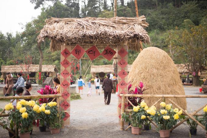 Cổng chợ được thiết kế theo không gian đậm chất quê với lá cọ, đống rơm khiến du khách không khỏi thích thú