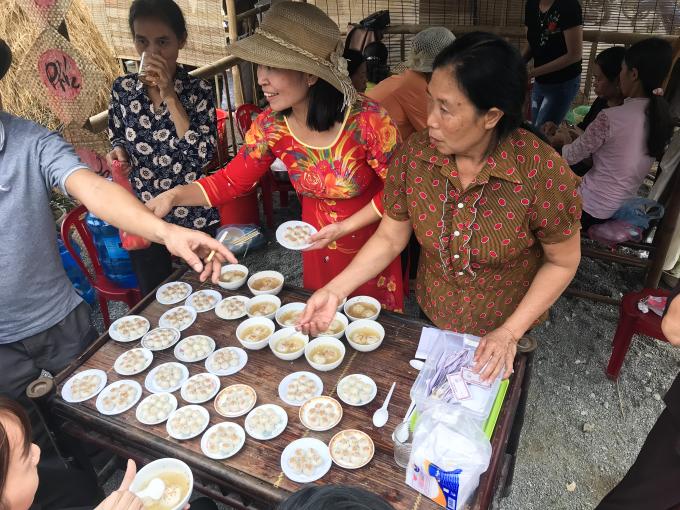 Những món ăn quê được bày bán ở các gian hàng như bánh trôi, xôi chè, bánh đa, bánh tẻ...