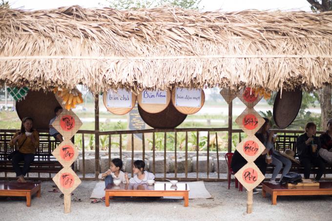 Những gian hàng được bài trí khác nhau với những món ăn riêng
