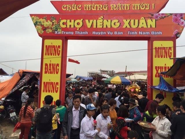 Ngay từ chiều ngày mồng 6, lượng người đổ về chợ Viềng đã rất đông đúc.