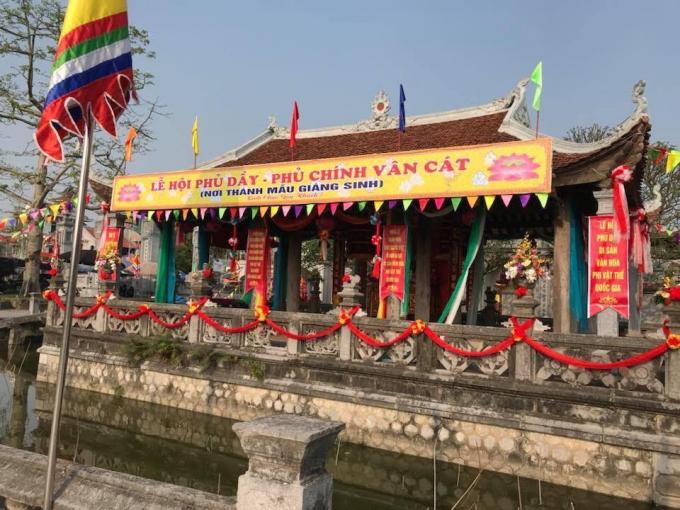 Bao quanh chợ Viềng là hệ thống lăng tẩm, đền chùa rất đẹp.