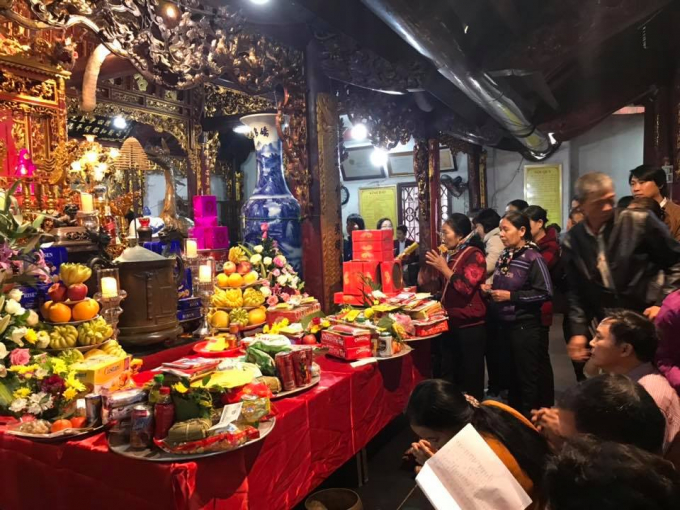 Nhiều người đến Phủ Dầy Nam Định lễ thánh mẫu trước rồi mới đi chợ Viềng.