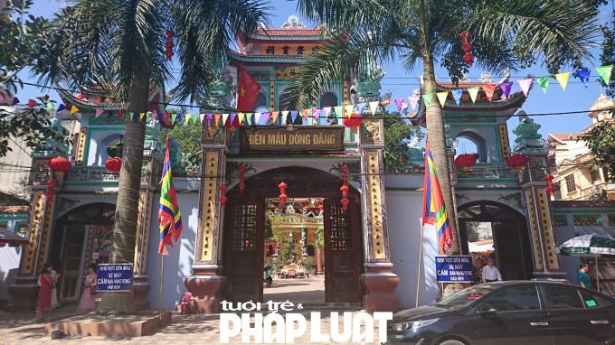 Đền Mẫu Đồng Đăng hay còn gọi là Đồng Đăng linh tự thờ Phật và Mẫu bán thiên. Ngôi đền được coi là nơi linh thiêng nhất trong những nơi thờ Mẫu của người Việt.