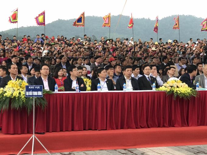Các đại biểu về dự lễ khai mạc
