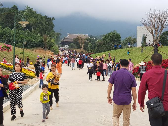 Rất đông du khách thập phương tìm về bái lễ tại Tây Yên Tử