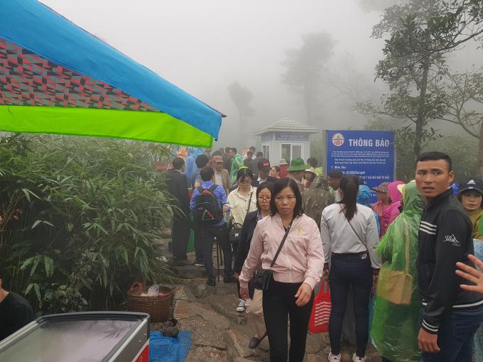 Trạm thu phí này chỉ còn cách Chùa Đồng khoảng 700 mét.