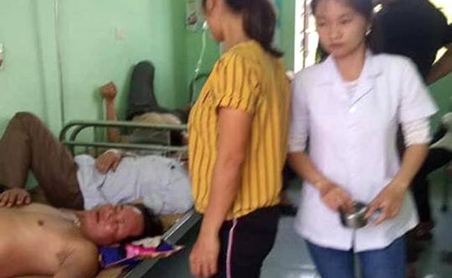 Các bệnh nhân được cấp cứu do bị ong đốt nằm la liệt