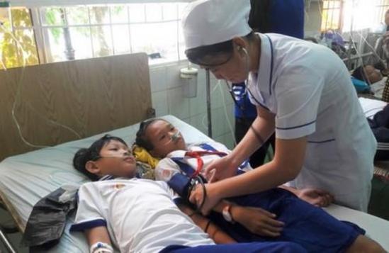 Học sinh Trường tiểu học 1 Khánh Bình nhập viện sau khi súc miệng bằng fluor. Ảnh: Thanh Niên