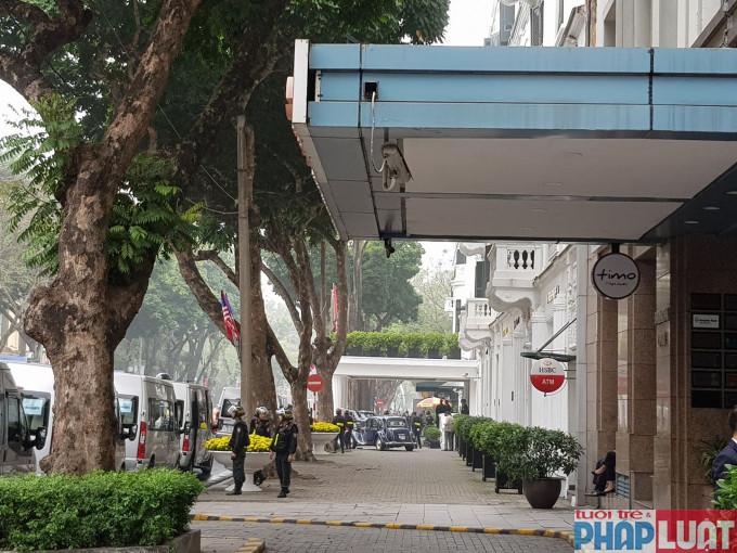 An ninh được đảm bảo nghiêm ngặt tại cổng khách sạn Metropole