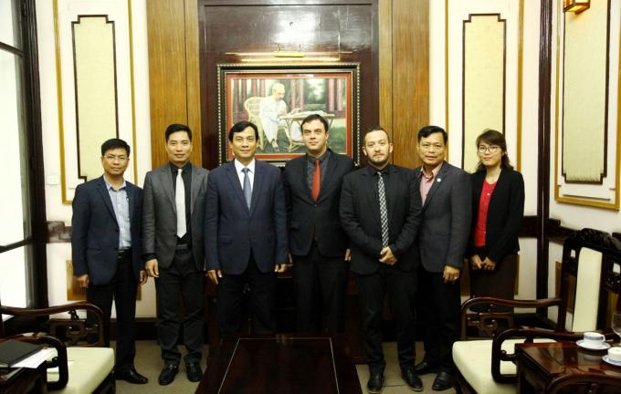 Đại sứ Nadav Eshcar chụp ảnh lưu niệm cùng đại diện Tổng cục Du lịch.