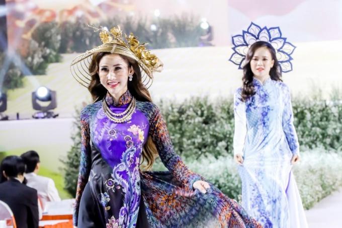 Hoa hậu Chi Nguyễn trình diễn áo dài đêm khai mạc Lễ hội.