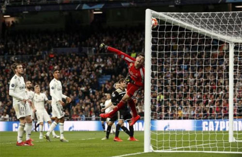 Thủ môn Courtois mắc sai lầm lớn với bàn thua cuối. Ảnh: Reuters.