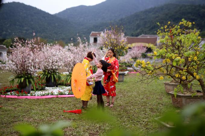 Nhiều du khách đã về chiêm bái lễ Phật và thưởng thức vẻ đẹp của hai loài hoa Mai vàng Yên Tử cũng như sắc Anh Đào đất nước mặt trời mọc.