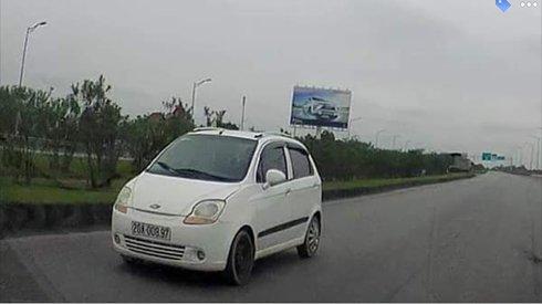 """""""Mời"""" chủ ô tô chạy ngược chiều trên cao tốc Hà Nội - Thái Nguyên lên làm việc"""