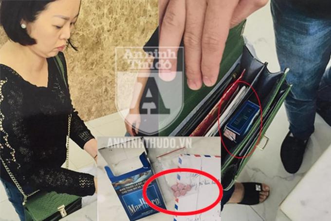 Kiểm tra túi xách của