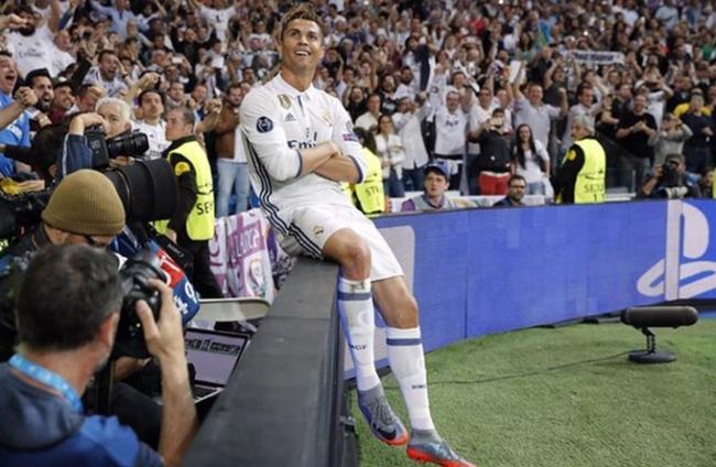 Hat-trick vào lưới Atletico ở bán kết năm 2017. Sau khi một tay tiễn Bayern khỏi Champions League, Ronaldo tiếp tục toả sáng ở bán kết lượt đi bằng việc ghi ba bàn vào lưới Atletico, giúp Real thắng 3-0 và đặt một chân vào chung kết. Mùa giải 2016-2017, CR7 chơi không tốt ở vòng bảng, nhưng bùng nổ dữ dội từ vòng tứ kết với tổng cộng 10 bàn thắng.