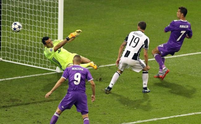 Cú đúp vào lưới Juventus ở chung kết năm 2017. Ronaldo kết thúc một mùa giải viên mãn bằng cú đúp vào lưới Gianluigi Buffon ở chung kết tại Cardiff (Xứ Wales). Phong độ chói sáng của siêu sao Bồ Đào Nha giúp Real thắng 4-1, và trở thành CLB đầu tiên bảo vệ thành công danh hiệu vô địch trong kỷ nguyên Champions League.