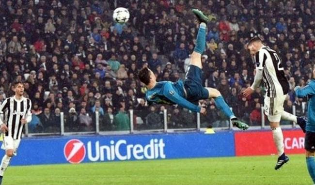 Cú đúp vào lưới Juventus ở tứ kết năm 2018. Sau mùa giải thành công, với cú đúp danh hiệu, Real hụt hơi tại La Liga mùa 2017-2018. Họ bị Barca bỏ xa và Champions League trở thành niềm hy vọng số một của chủ sân Bernabeu. Trước đối thủ vừa thua mình ở chung kết mùa trước, Ronaldo tiếp tục nổ súng bằng cú đúp ngay tại Italy. Bàn nâng tỷ số 2-0 của anh đến từ một pha tung móc trong cấm địa được xem là một trong những pha ghi bàn đẹp nhất lịch sử. Sau tình huống ấy, các CĐV Juventus cũng phải vỗ tay tán thưởng CR7. Màn trình diễn này được xem là cú hích quan trọng, khiến
