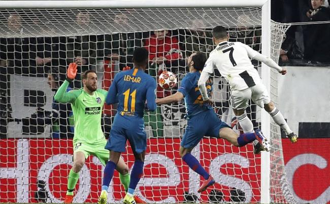 Hat-trick vào lưới Atletico ở vòng 1/8 năm 2019. Tham vọng vô địch Champions League sau 23 năm của Juventus bị đặt dấu hỏi lớn khi thua 0-2 trên sân của Atletico lượt đi. Tuy nhiên, Ronaldo một lần nữa trở thành đấng cứu thế cho CLB của anh. Chân sút 34 tuổi lập hat-trick, với hai cú đánh đầu và một quả phạt đền, giúp Juventus thắng ngược với tổng tỷ số 3-2.