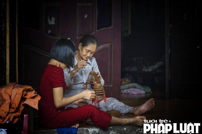 Hiện nay, những hộ gia đình làm hương xe tay chỉ đếm trên đầu ngón tay. Phần lớn người dân trong làng đều chuyển sang sử dụng máy móc để làm hương. Hương xạ xe bằng tay có thịt xương lớn hơn làm bằng máy, nhưng mất nhiều sức lao động và hay bị hỏng.