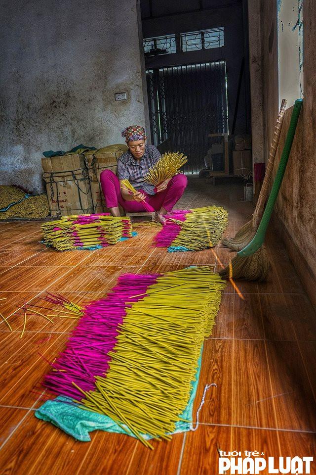Nếu như xe tay một ngày một công nhân sản xuất được 7-8 nghìn cây hương thì nhờ có máy móc, có thể sản xuất lên tới 3 vạn cây hương.