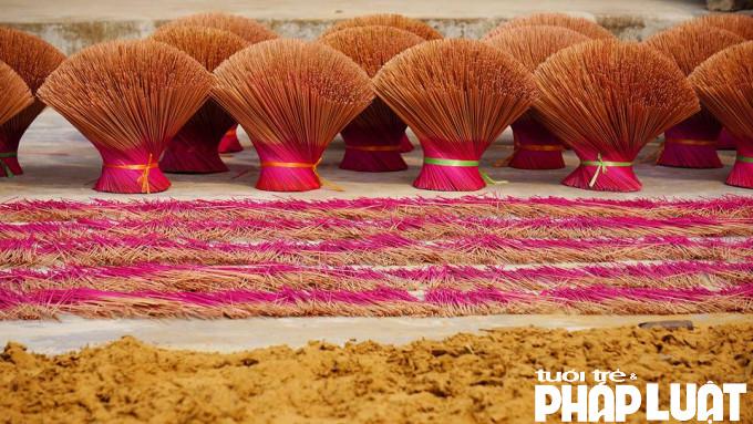 Một trong những nguyên liệu thảo mộc không thể thiếu của hương xạ là tùng bạch chỉ. Chúng được chẻ nhỏ trước khi được đưa vào nghiền thành bột. Tùy từng cách pha chế thảo mộc của người thợ, mỗi gia đình có loại hương mùi thơm đặc trưng.