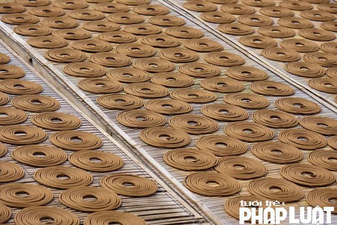 Hương Cao Thôn chủ yếu có ba loại là hương vòng, hương nén và hương sào. Ngoài ra còn có hương quế, hương đen, hương đậu tan…Đối với loại hương vòng hoàn toàn không có tre hay vật cứng để cố định ở tâm hương mà ra sợi bằng máy thủy lực, được nối kết lại bằng chỉ mảnh cầu kỳ.