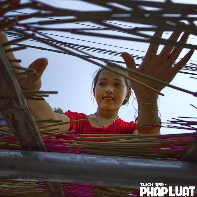 Ở làng hương, trẻ em có thể giúp gia đình phơi hương.