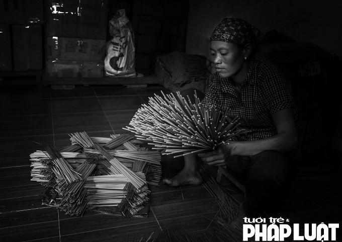 ...nhất là hình ảnh người phụ nữ làm hương đã trở thành đề tài quen thuộc của nhiều bức ảnh với những góc chụp khiếnngười xem lưu giữ rất lâu trong trí nhớ.