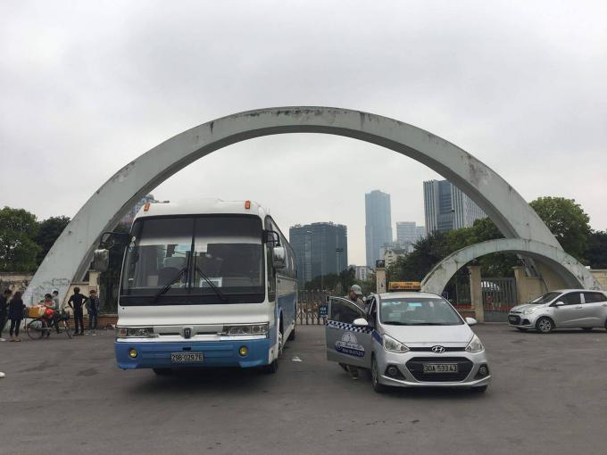 Khu vực cổng công viên Cầu Giấy từ lâu cũng là điểm dừng đỗ yêu thích của nhiều lái xe.