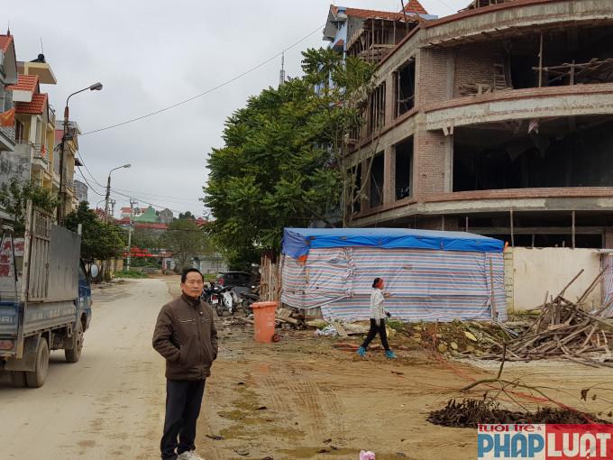 Ông Chính bên bên cạnh lô đất NLK 10 - 35 đang xây nhưng hiện nay đã được tỉnh Lạng Sơn đã cấp sổ cho công ty Hoàng Dương khiến người dân rất bức xúc
