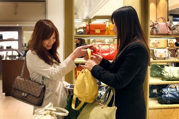 Người Việt thích đi du lịch nước ngoài để mua hàng cao cấp