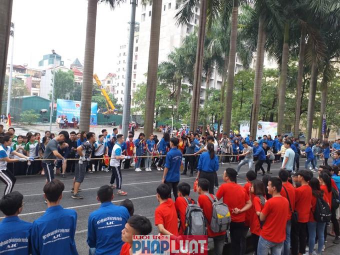Các trò chơi dân gian được tổ chức thu hút được đông đảo sinh viên tham gia. Ảnh: Hồng Sơn