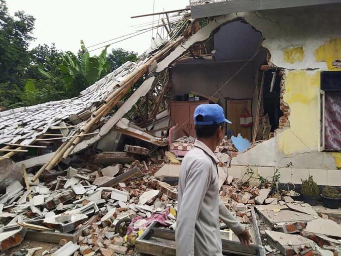 Nhà cửa bị phá hủy trong trận động đất ở Selong, đảo Lombok, Indonesia, ngày 17/3/2019. Ảnh: AFP.