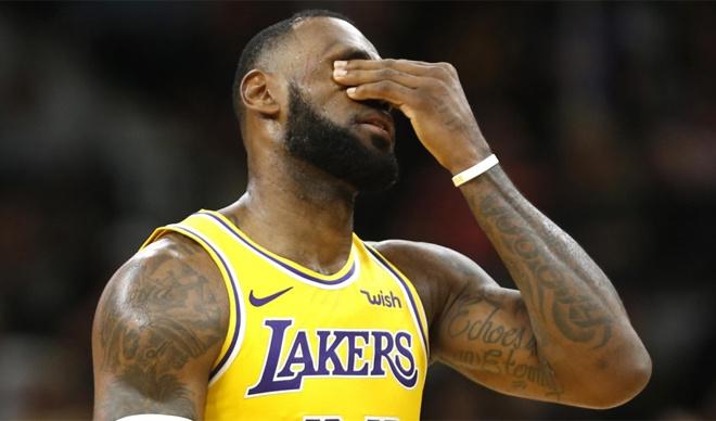 LeBron James vắng mặt ở NBA Play-off. Siêu sao LeBron James không thể giúp Los Angeles Lakers trở lại đỉnh cao của NBA. Đội bóng này sẽ vắng mặt ở NBA Playoffs, giải đấu để tìm ra nhà vô địch NBA, năm thứ sáu liên tiếp sau trận thua Brooklyn Nets hôm 22/3. James chuyển sang khoác áo Lakers từ đầu mùa giải 2018-2019 và tiếp tục thể hiện đẳng cấp của một siêu sao. Nhưng màn trình diễn cá nhân ấn tượng của anh không thể giúp câu lạc bộ giành vé dự NBA Playoffs.