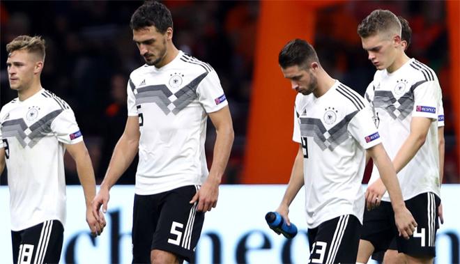 Đức rớt hạng ở Nations League. Sau khi bị loại ở vòng bảng World Cup 2018, nhà cựu vô địch thế giới lại gây thất vọng khi đứng bét bảng và bị rớt khỏi hạng A tại Nations League. Điều này buộc HLV Joachim Low phải thực hiện một cuộc cách mạng trẻ hóa, loại bỏ các công thần tại World Cup 2014 và trao cơ hội cho lứa cầu thủ trẻ.