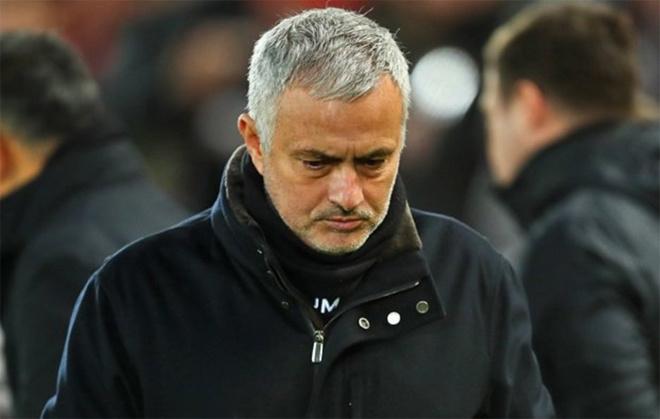 Jose Mourinho bị Man Utd sa thải. Sau khởi đầu tệ hại ở mùa giải 2018-2019, HLV người Bồ Đào Nha bị đá khỏi sân Old Trafford. Sau 17 vòng đầu tại Ngoại hạng Anh dưới sự dẫn dắt của Mourinho, Man Utd kém đội đầu bảng 11 điểm. Nhiều ý kiến cho rằng việc bị Man Utd sa thải chứng tỏ sự nghiệp của Mourinho đang đi xuống.
