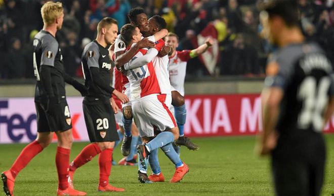 Sevilla bị loại ở Europa League. Với tư cách là đội bóng giàu truyền thống nhất tại giải đấu này, không ít người bất ngờ khi chứng kiến Sevilla bị Slavia Prague loại ở vòng 1/8. Họ hòa đội bóng CH Czech 2-2 trên sân nhà trước khi thua 3-4 ở lượt về.