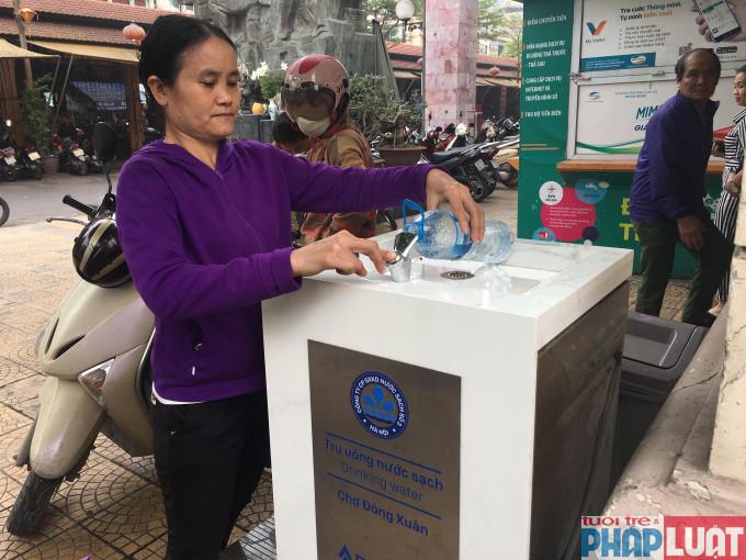 Người dân rất vui và hào hứng với các trụ nước sạch.